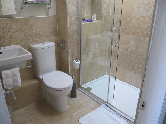 Kingsway Guest House: Shower room