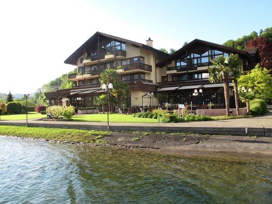 Seehotel Sternen Horw: вид на отель с озера