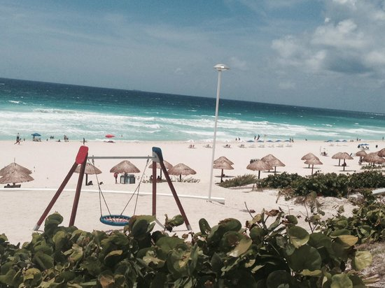 Presidente InterContinental Cancun Resort: Public beach with waves