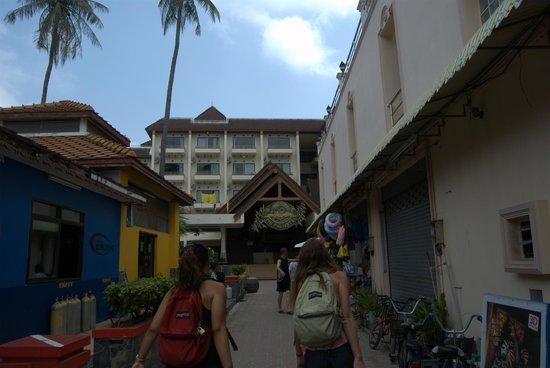 Phi Phi Hotel: Calle de entrada