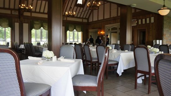 Queenston Heights Restaurant: Tables in the restaurant