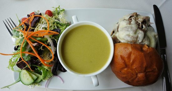 Queenston Heights Restaurant: Cream of Aspargus soup, salad and roast beef on a bun
