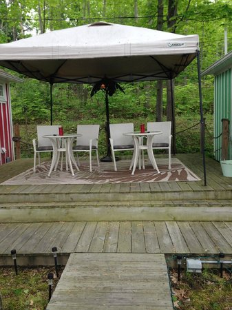 Admiral Peabody's Lakeside Lodging: A nice sitting area to enjoy your barbecue. Also has a little candle on the table if you see.