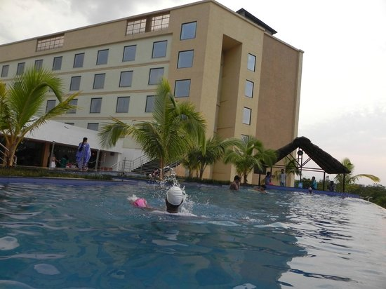 Fortune Select Grand Ridge : Pool Side
