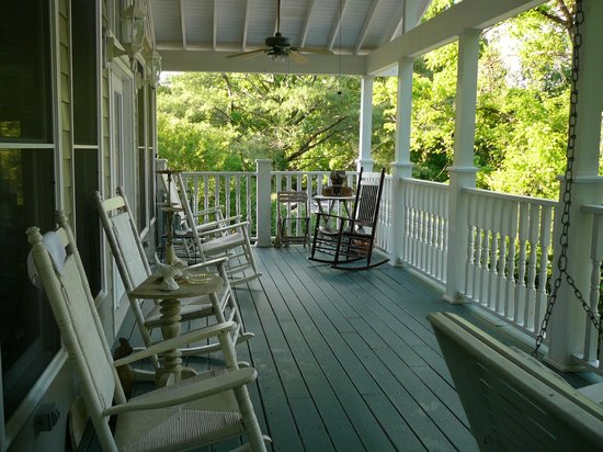 Magnolia House Bed and Breakfast: Upper deck