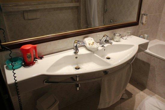 Louren Hotel: Раковина
