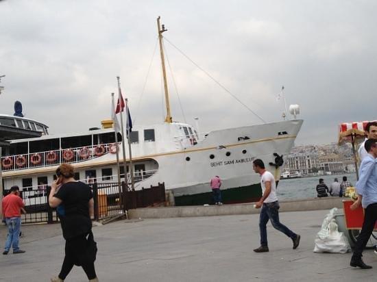 Sehir Hatlari Cruise : Şehir Hatları boat departing for Üsküdar