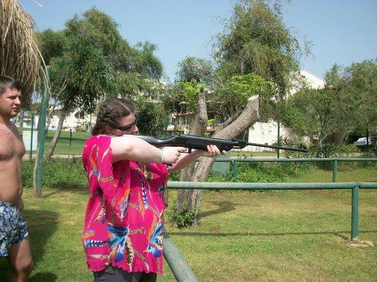Jacaranda Club & Resort: одно из развлечений-стрельба из ружья