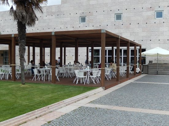 Centro Cultural de Belem (CCB): Relax in the outdoor restaurant