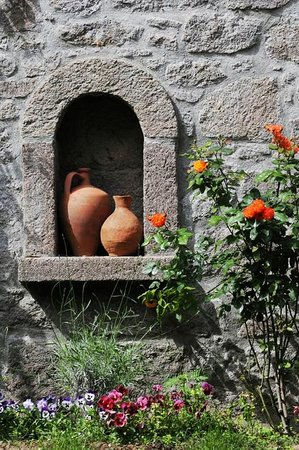 Assos Alarga, Bed and Breakfast: roses and earthenwares