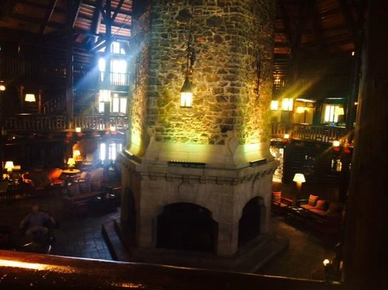 Fairmont Le Chateau Montebello : Fireplace on lobby level