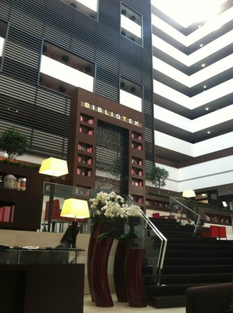 Sofitel Budapest Chain Bridge: Lobby/seating open area