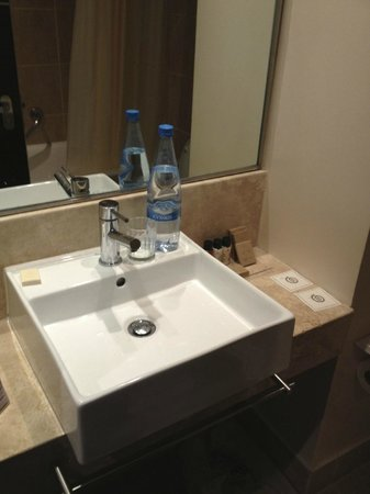Napa Plaza Hotel: clean bathroom
