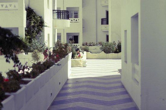 El Kantaoui Center: вид на площадку напротив бассейна