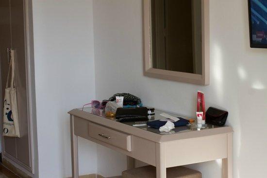El Kantaoui Center: столик в номере