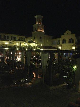 Napa Plaza Hotel: night view of hotel