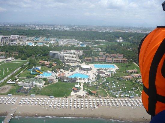 SENTIDO Zeynep Golf & Spa : Utsikt på området när vi åkte parashoot efter båt.
