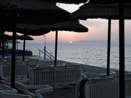 Avra Beach Resort Hotel - Bungalows: Wieczorny widok z hotelowej plaży