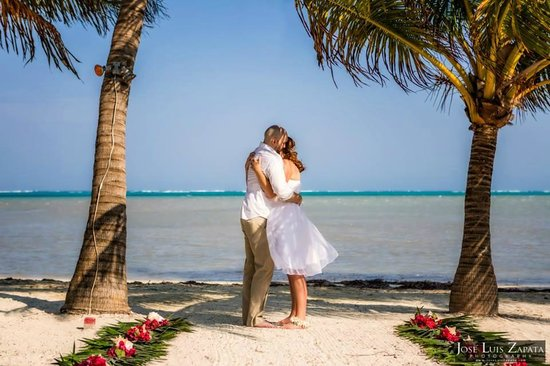 Exotic Caye Beach Resort : Our Wedding on the beach!