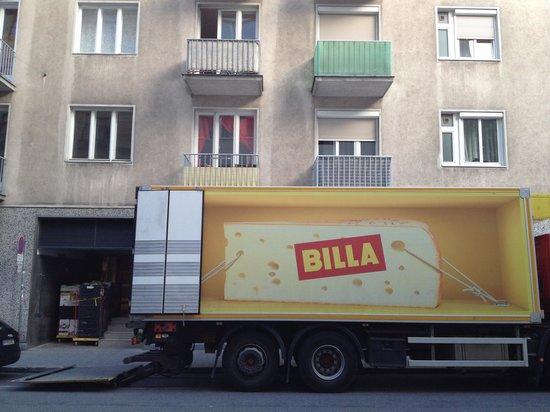 Central Apartments Vienna : The truck on delivery at 6:35