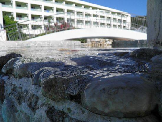 Avra Beach Resort Hotel - Bungalows: Widok na hotel z basenu