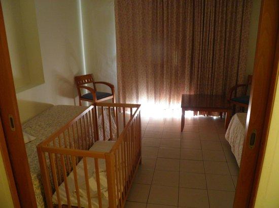 Avra Beach Resort Hotel - Bungalows: Drugi pokój w apartamencie dwupokojowym
