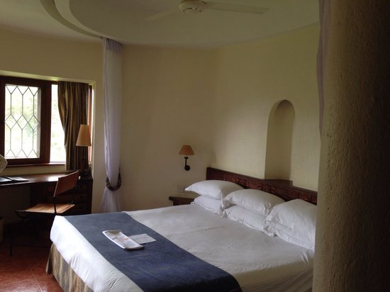 Lake Duluti Serena Hotel: Generously sized bed, which was firm and smelt clean.