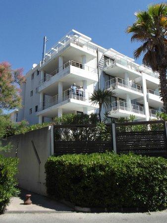 Adagio Marseille Prado Plage : vue de l'apart hotel depuis le parc