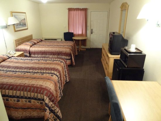 Western Inn : 2 Queen beds with micro/fridge