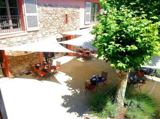 La Bastide du Clos des Roses : vue de la chambre sur la terrasse