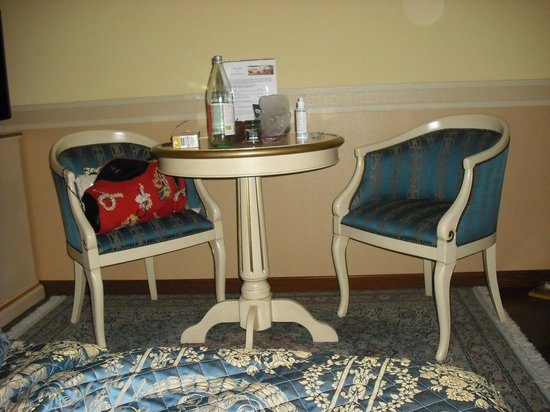 Villa Pace Park Hotel Bolognese: Table in junior suite.