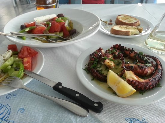 Akrogiali Taverna : Octopus, sald, tosts...