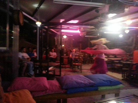 Bahaus Guesthouse : Belly dance show on the Roof top Bar.