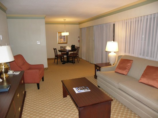 Royal Scot Hotel & Suites: lounge / dining 2 bdrm suite