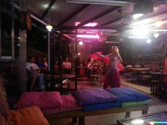 Bahaus Guesthouse: Belly dance show on the Roof top Bar.