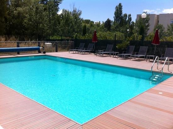Hotel Ibis Golfe de Saint Tropez : piscine chauffee et tres bien exposee