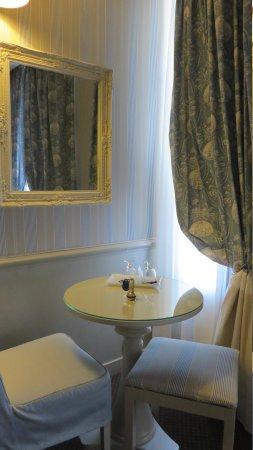 Hotel du Champ de Mars: Our room.