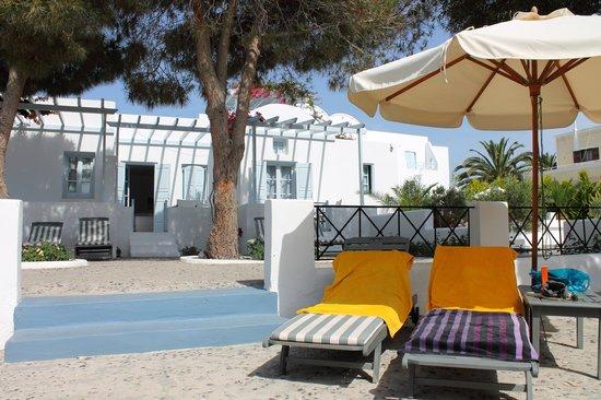 Santorini Kastelli Resort: Kastelli Zwemkom en ligstoelen