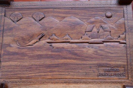 Vakona Forest Lodge : Carved table on the varanda
