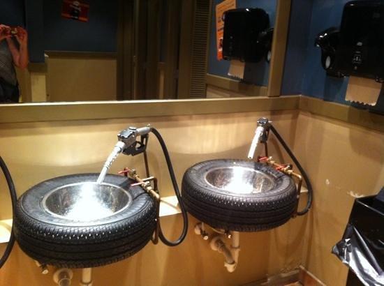 Ford's Garage: leuke wastafels in wc