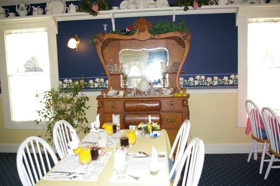 1875 Homestead Bed and Breakfast : Breakfast time