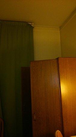 Hotel Oceania Le Métropole: Rideau et armoire