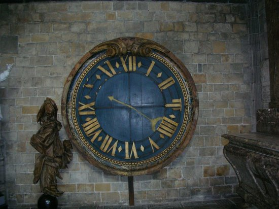 Collégiale Sainte-Waudru : Death clock in St. Waudru