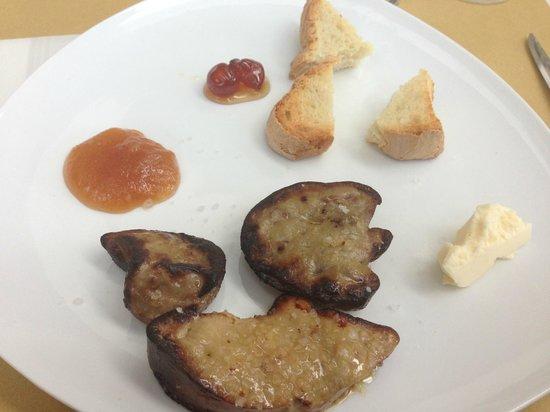 Caciosteria: scaloppa di fois gras con crostini al burro accompagnato da marmellatine