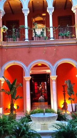 Boutique Hotel Casa del Poeta: COURTYARD AT EVENING