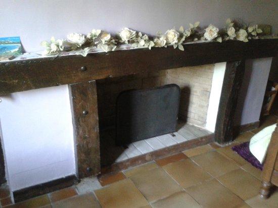 Ardres Bridge Cottage: La cheminée dans notre chambre