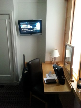 Strand Palace Hotel: Desk  and Tv
