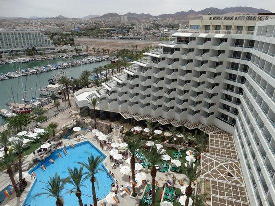 Crowne Plaza Hotel Eilat : Вид на бассейн отеля и аропорт