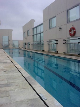Comfort Suites Oscar Freire: Rooftop swimming pool