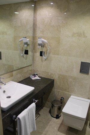 Ramada Istanbul Grand Bazaar: Salle de bain très propre